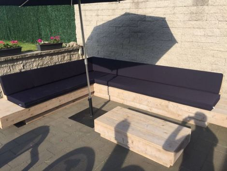 Gartenmöbel aus Bauholz: Beistelltisch Amrum. (Kissen auf Ecksofa: Cartenza 090 Black)