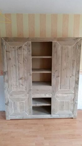 Schrank Buxtehude aus gelacktem Bauholz