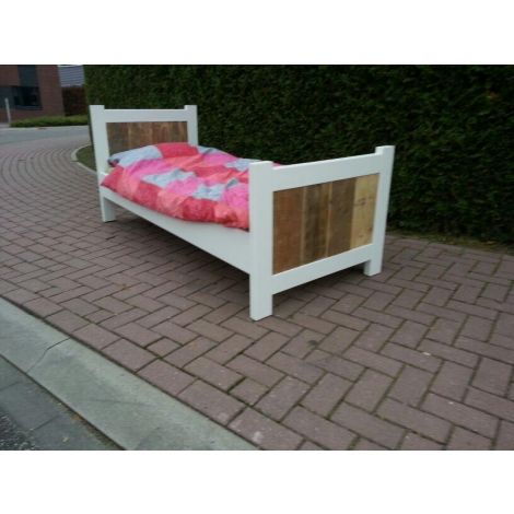 Möbel aus Bauholz - Bett Oberusel Landhaus-Stil