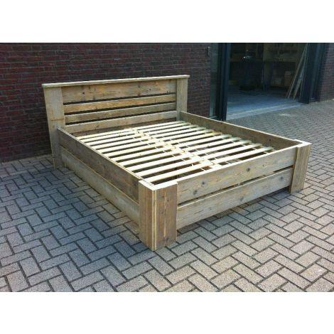 Möbel aus Bauholz - Bett Lübeck mit Lack